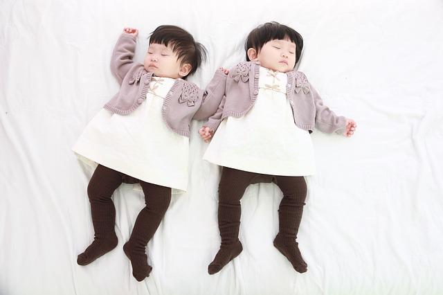 Qui-accepter-sur-linkedin-jumeaux-sur-lit