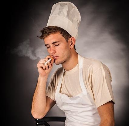 Cuisnier-faineant-qui-fume